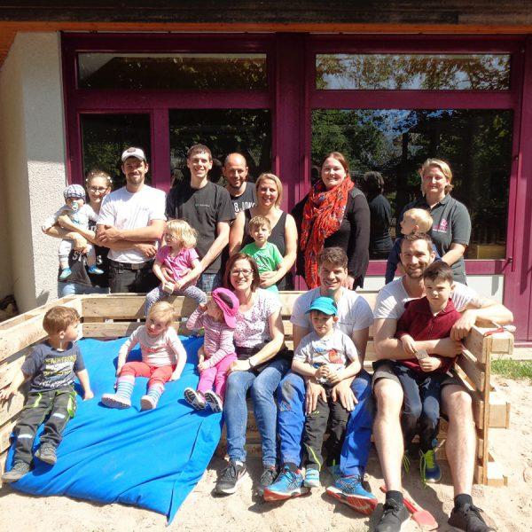Förderverein'ler bauen neues Hochbeet für die KITA. Und dem Gemüse kann sogar beim Wachsen zugeschaut werden