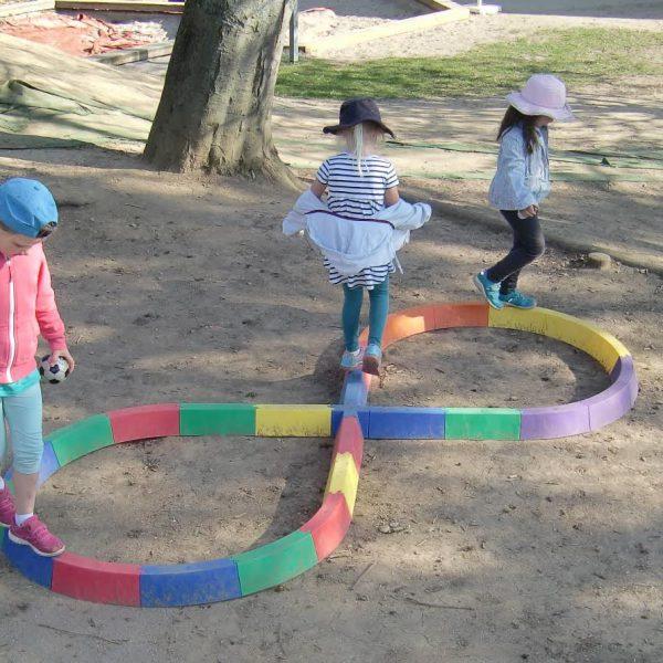 Balancieren, hüpfen, springen, schaukeln – Vergrößertes Bewegungsangebot für drinnen und draußen dank Unterstützung von SIEGLE + EPPLE GmbH & Co. KG